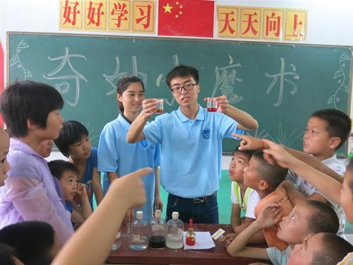志愿者在给小朋友们讲解化学实验_副本.jpg